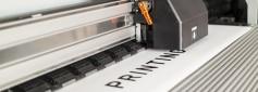 Industrieller Tintenstrahldrucker in Aktion