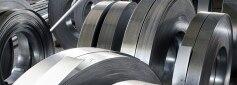 Nebeneinanderliegende Blechrollen aus Nickel